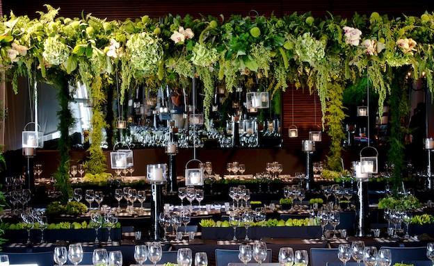 שולחן ירוק עם כוסות (צילום: הילית גורדון)