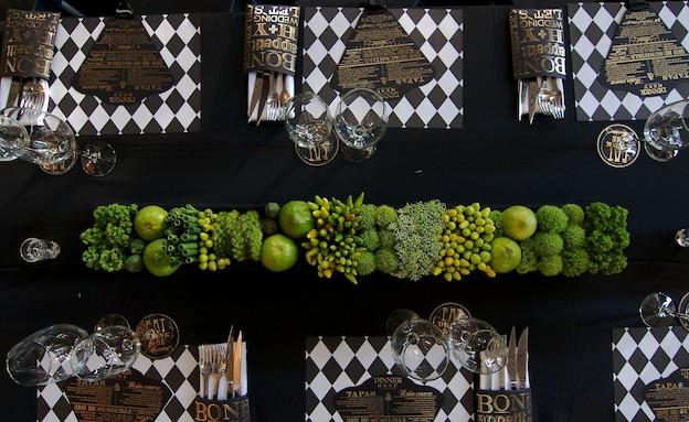 שולחן ירוק עם מפות שחור לבן (צילום: הילית גורדון)