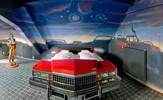 המיטות עשויות ממכוניות (צילום: dailymail.co.uk)