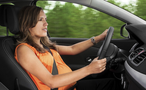 אישה בהריון נוהגת (צילום: אימג'בנק / Thinkstock)