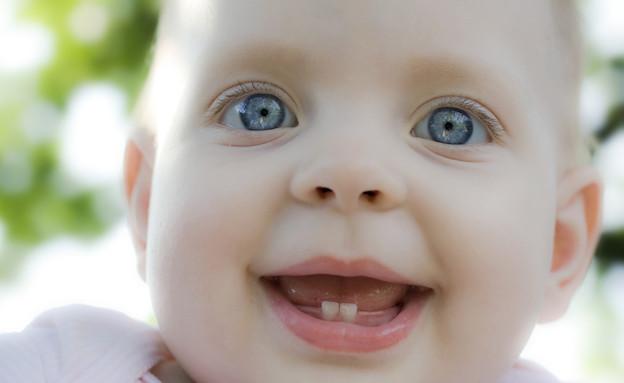 תינוקת מחייכת עם שתי שיניים (צילום: אימג'בנק / Thinkstock)