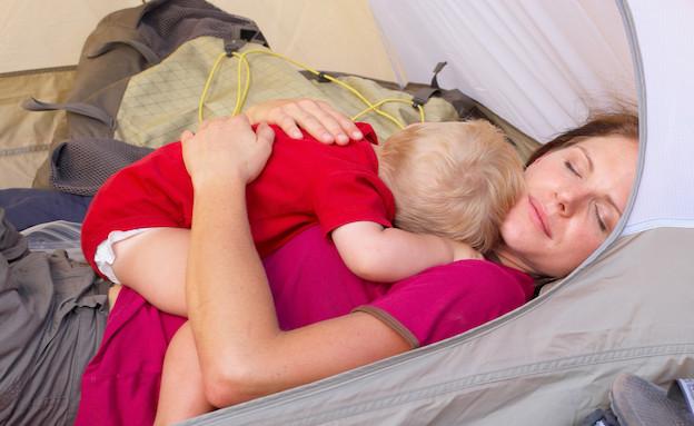 תינוק ישן על אמא באוהל (צילום: אימג'בנק / Thinkstock)
