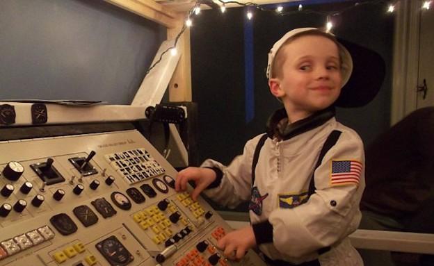 מיטה חללית - הבן פין משחק בכפתורים