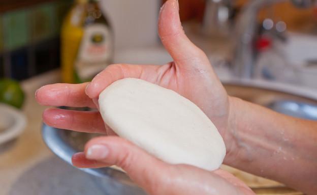 ארפה: יוצרים צורת פיתה (צילום: בני גם זו לטובה, אוכל טוב)