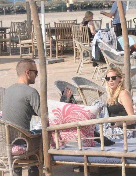 הילה נחשון בהריון עם בן הזוג ואביעד קיסוס (צילום: ברק פכטר)