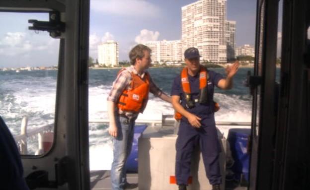 ניר שחק עם מפקד משמר החופים בפורט לודרדייל, פול טרנר (צילום: אמיר תיבון, עובדה)