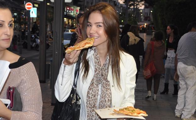 רוסלנה רודינה אוכלת פיצה (צילום: צ'ינו פפראצי)