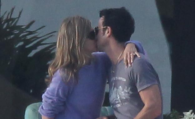 ג'ניפר והארוס מתנשקים