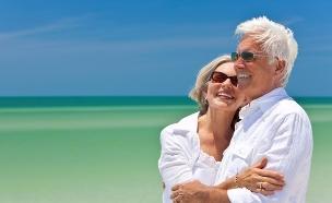 זוג מבוגר בים (צילום: אימג'בנק / Thinkstock)