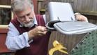 איש שמיחזר רק שקית זבל אחת בשנה (צילום: צילום מסך daily mail)