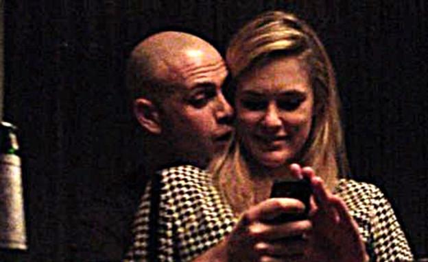 """בר רפאלי ועדי עזרא מתנשקים (צילום: באדיבות """"ערב טוב"""" עם גיא פינס)"""