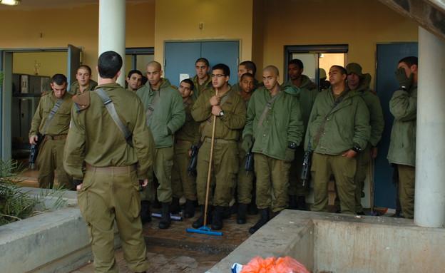 """מסדר ניקיון (צילום: אופק רון-כרמל, עיתון """"במחנה"""")"""