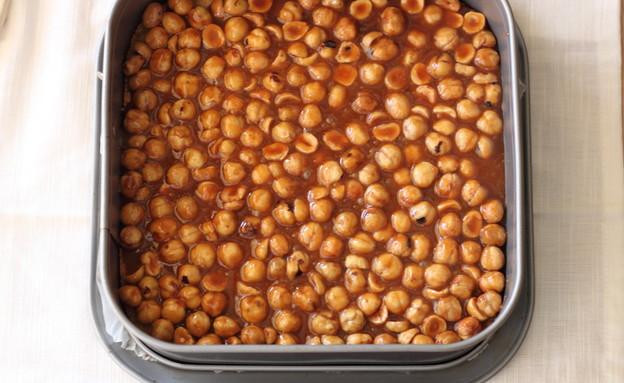ריבועי אגוזי לוז בקרמל - משטחים את האגוזים בתבנית (צילום: חן שוקרון, אוכל טוב)
