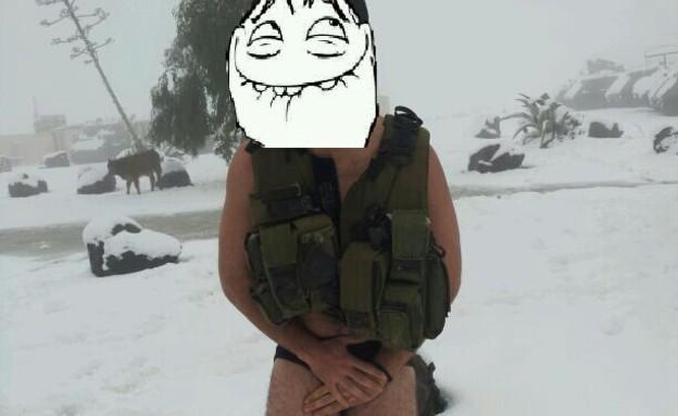 חייל עירום בשלג (צילום: עומר עבד)
