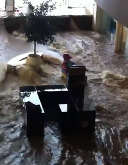 """צפו: ה""""נהר"""" של קניון מודיעין (צילום: חדשות 2)"""