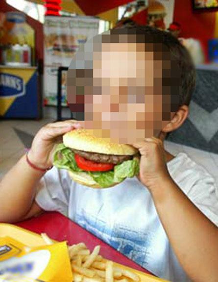 ילד אוכל (צילום: חדשות 2)