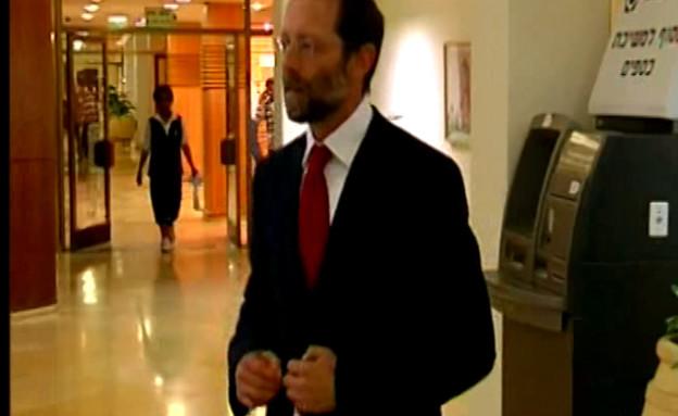 פייגלין בודק למי להצביע (תמונת AVI: mako)