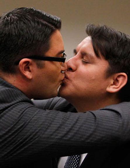 הומואים ולסביות יוכלו להתחתן? (צילום: AP)