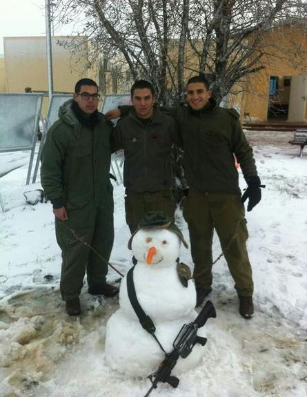 חיילי גדוד שמשון עם איש שלג
