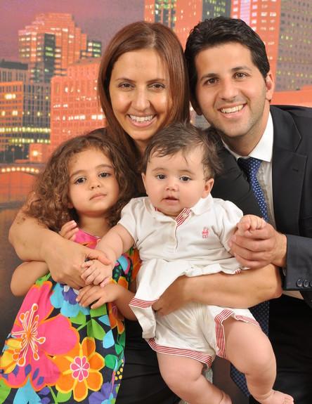 """גילה גמליאל עם בעלה ובנותיה (צילום: סטודיו """"אבי את אבי"""" פתח תקווה)"""