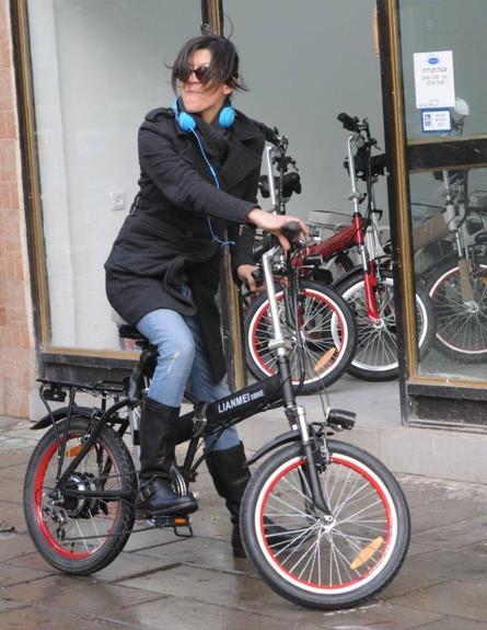 אסי לוי רוכשת אופניים חשמליות (צילום: ברק פכטר)