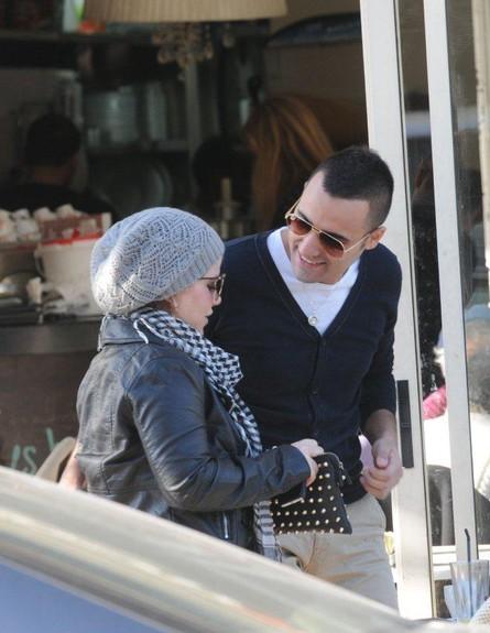 עידן יניב וג'קי אזולאי בבית קפה (צילום: ברק פכטר)