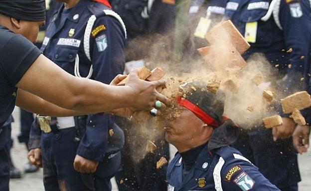 מאבטחים באינדונזיה (צילום: דיילי מייל)