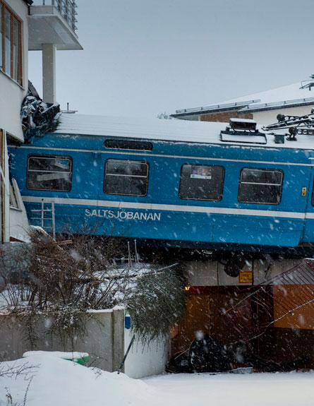 צפו: רכבת התנגשה בבניין בשוודיה (צילום: רויטרס)