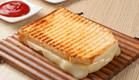 טוסט גבינה צהובה (צילום: ferhat mat, Istock)