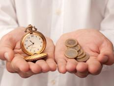 ידיים מחזיקות כסף ושעון (צילום: אימג'בנק / Thinkstock)