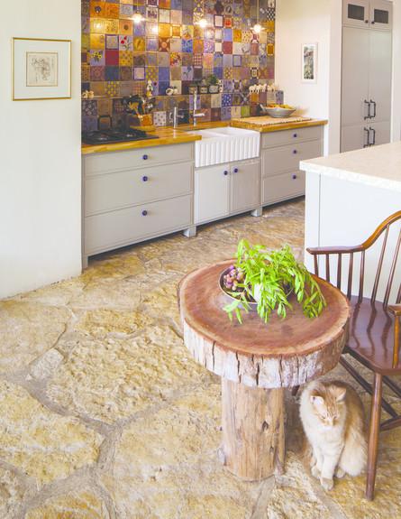 איה צאלים, שולחן עץ (צילום: טל ניסים)