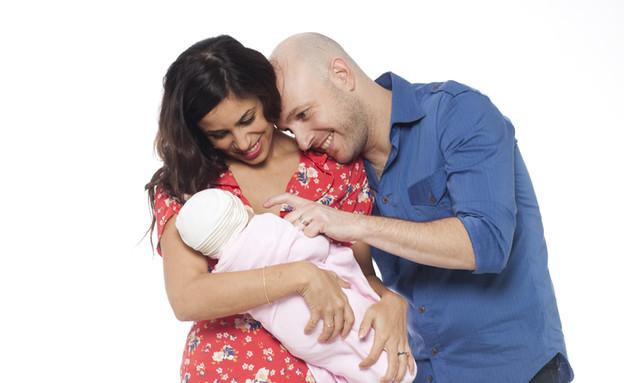 אבי נוסבאום ואשתו עם התינוקת