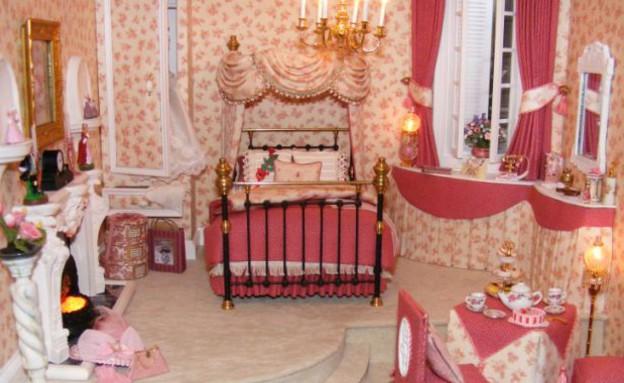 בית בובות גיטרה - חדר שינה (צילום: צילום מסך daily mail, Fairy Meadow Miniatures)