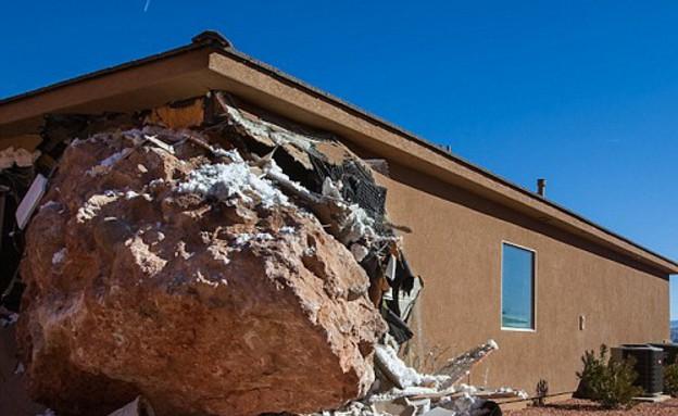 הבולדר הענק שהרס בית ביוטה (צילום: dailymail.co.uk)