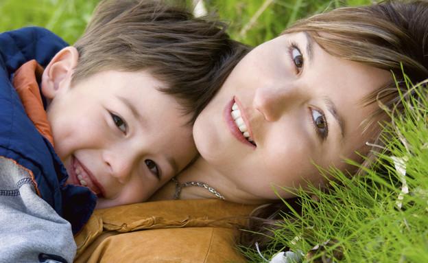 אמא וילד מחובקים על דשא (צילום: אימג'בנק / Thinkstock)