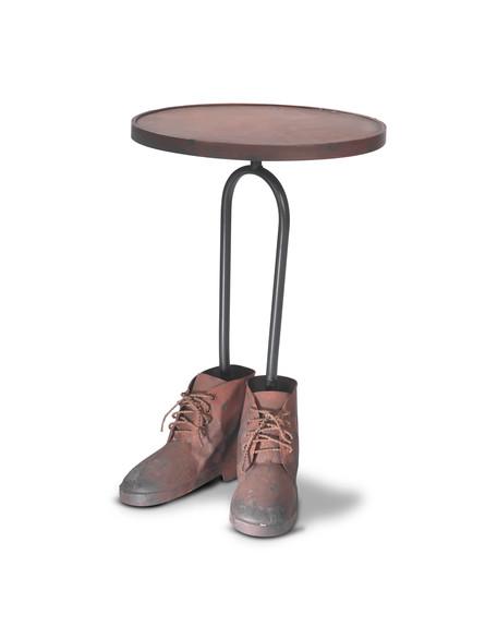 שולחן, עם נעליים רשת ביתילי (צילום: ישראל כהן)