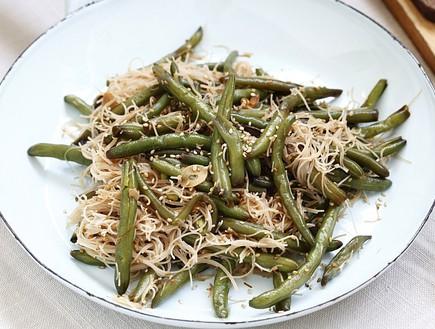 שעועית ירוקה מוקפצת עם אטריות אורז מלא