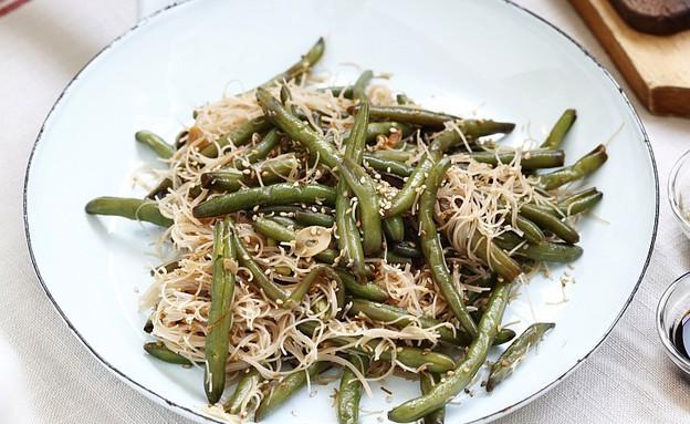 שעועית ירוקה מוקפצת עם אטריות אורז מלא (צילום: אפיק גבאי, אוכל טוב)