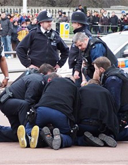 השוטרים מתנפלים על החמוש (צילום: יו טיוב)