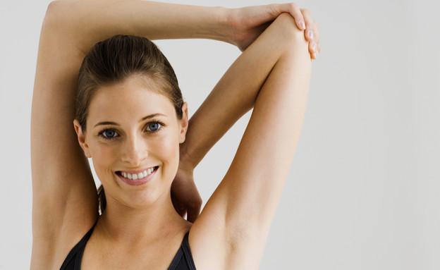בחורה מאושרת עם ידיים מורמות (צילום: Thinkstock, getty images)