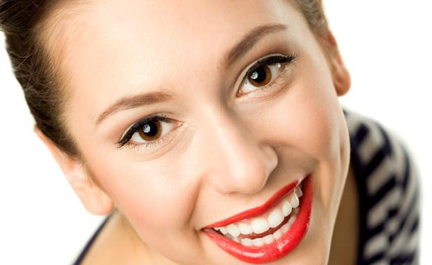 בחורה מאושרת עם שפתון אדום (צילום: Thinkstock, getty images)
