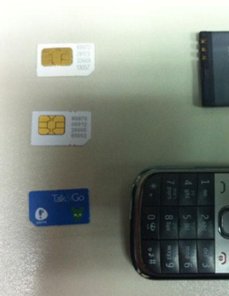 """הטלפון וכרטיסי הסים שנתפסו במגידו (צילום: שב""""ס)"""