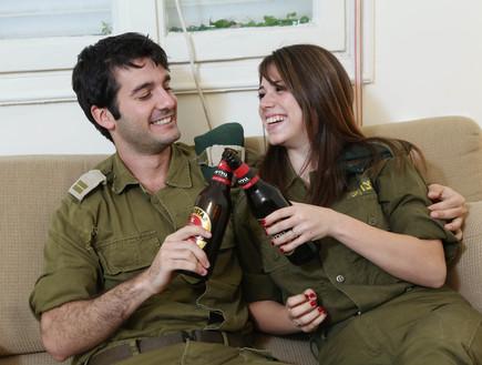 חיילים שותים בירה
