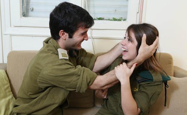 חיילים משתעשעים (צילום: עודד קרני)