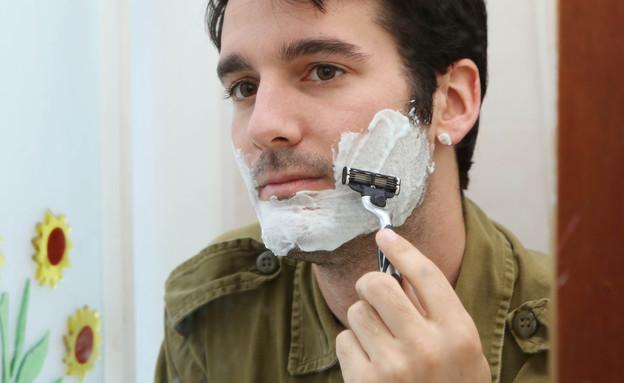 חייל מתגלח (צילום: עודד קרני)