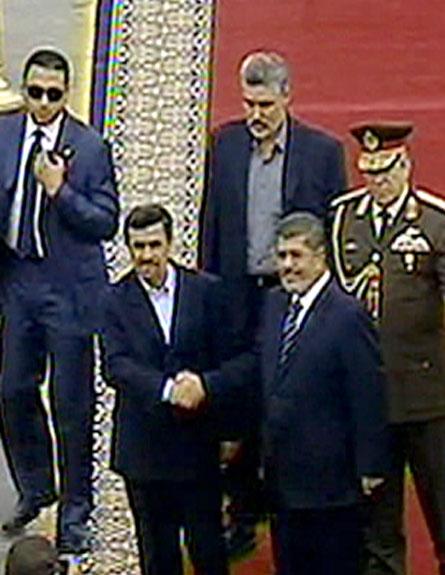 אחמדיניג'אד ומורסי בקהיר, אתמול (צילום: הטלוויזיה המצרית)
