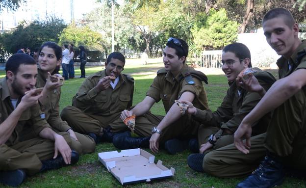 """חיילי אטל אוכלים פיצה (צילום: ספיר ברונזברג, עיתון """"במחנה"""")"""