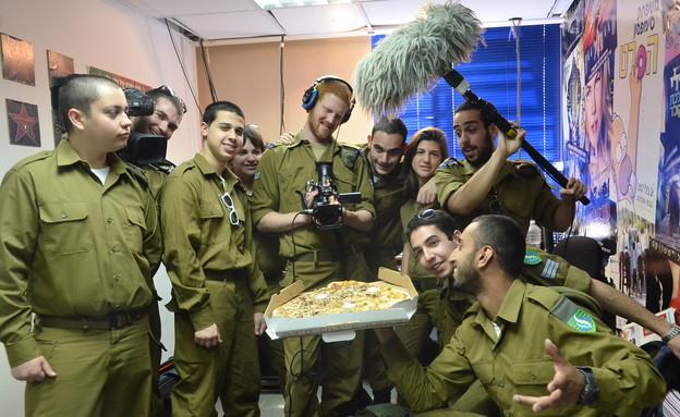 """חיילי חיל החינוך אוכלים פיצה (צילום: אורי ברקת, עיתון """"במחנה"""")"""