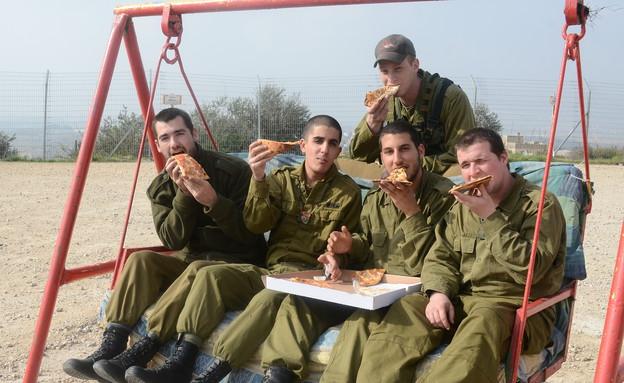 """חיילי תותחנים אוכלים פיצה (צילום: ליאור עפרון, עיתון """"במחנה"""")"""