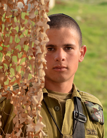 """חייל חרדי (צילום: אורי ברקת, עיתון """"במחנה"""")"""